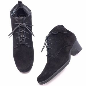 Clarks 9.5N Black Suede Lace Up Ankle Booties